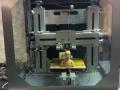 Interior de la impresora 3D con impresion